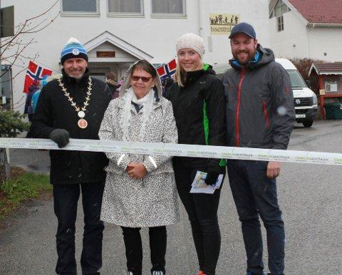 Per R. Berger, Tove Boten, Maylinn Lykken og Morten Heggelund åpnet to nye turstier i Hole på verdens aktivitetsdag.