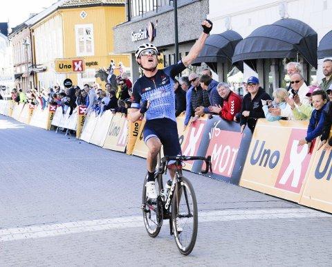 Rasmus Guldhammer fra Team Veloconcept kan strekke armene i været. Her vinner han Ringerike Grand Prix 2017.