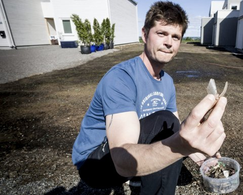 Reagerer: Henrik Olav Hansen oppdaget store mengder glasskår i plenjorda han kjøpte av Øras. – Jeg kan ikke slippe datteren min ut på denne plenen.Foto: Tom Gustavsen