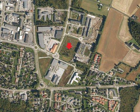 TOMTA: Markert med rød pil er tomta Obos nå har sikret seg. Til venstre for tomta ligger Rema 1000 og Gausdal Landhandleri.