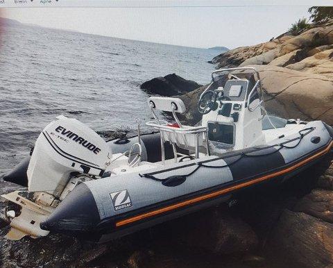 Båten er av type Zodiak rib, har hvit skrog, med grå pongtonger. Motoren er en Eivinrude 115 hk.