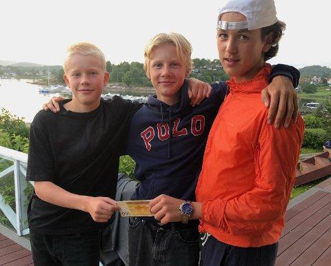 FORNØYDE: Joakim Rø (14) og kompisene Petter Brækhus (14) og Hermod Solberg Spiten (14) var glade for at eieren til hunden Boji (9) ble funnet.