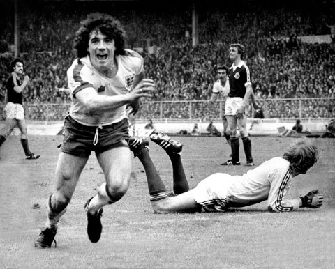 Kevin Keegan har nettopp scoret for England mot Scotland den 26. mai 1979 på Wembley i London.