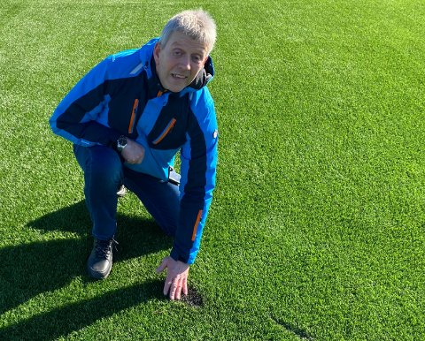 HÆRVERK: Leder Roy Strand i FK Sparta Sarpsborg fortviler over hærverket som er gjort på kunstgresset på Spartabanen.