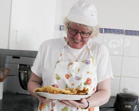 FORNØYD: Marie Moe (53) har hjemmebakeriet Brød Boksen i kjelleren sin i Rødenes. Hun er i godt humør når hun baker.