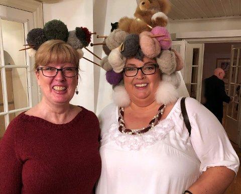 STRIKKEDAMER: Edle Flusund Nustad og Anita Nygård Hector (t.h.) er begge strikkekonsulenter og teamledere i A Knit Story. De var med å starte hjertedugnaden som nå er spredt til Nordmarka uten at de helt forstår hvordan.