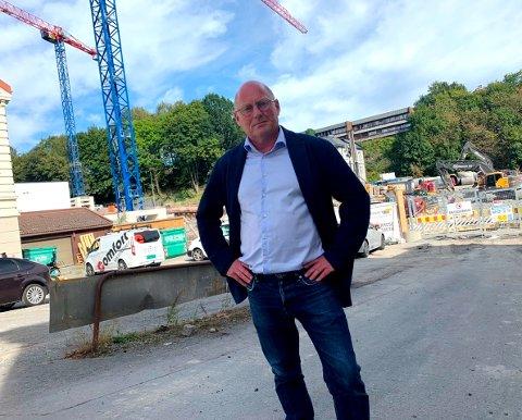 FINT MED MØTET: - Byen vår har det vanskelig nå, fint med ekstraordinært møte, sier Jørn Inge Næss, her ved byggplassen koblet til det nye sykehjemmet, prosjektet som i praksis betyr stengt Kongens gate.