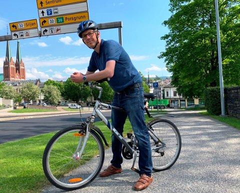 ET GODE: En bysykkelordning er av det gode, mener Stein Erik Amlie som her poserer med egen sykkel. De andre politikerne i byen skal være enig med ham.