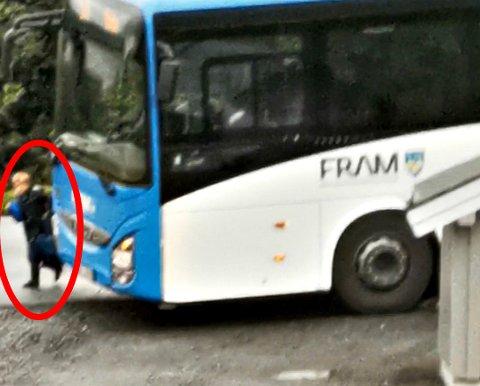 Bussen stopper slik at barneskoleeleven må gå ut bussdøra rett ut i 60-sonen. – Han kan bli kjørt ned av møtende trafikk og biler som kjører bak bussen, sier bekymret mor.