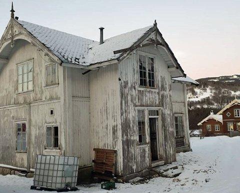 SKAL VEKK: Lars Skogheim skal flytte dette huset fra Hjartdal til Stokke. Om to-tre år skal det være i en helt annen stand. Foto: Privat