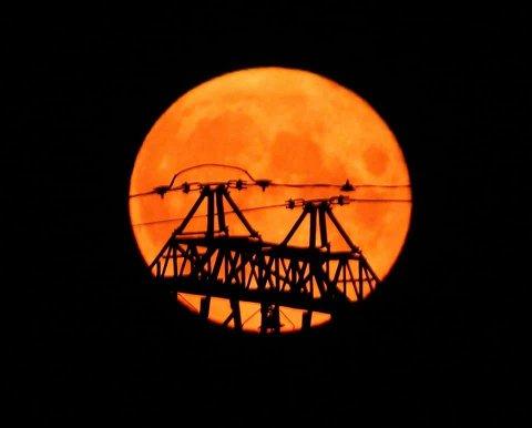VAKKERT: En av våre lesere fikk virkelig tatt et blinkskudd av månen i løpet av helgen.