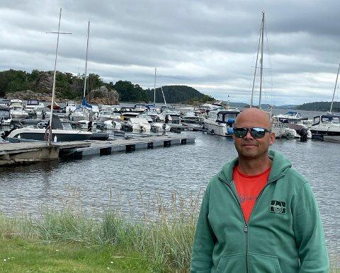 NOK ER NOK: Bernt-Ole Havnebakken er lei av at deltakere fra Brunstad ungdomsklubb okkuperer deler av båthavnen hans.