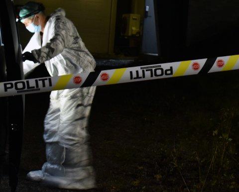 UNDERSØKTE HUSET: En av politiets krimteknikere i aksjon på den aktuelle eiendommen på Raufoss søndag kveld.