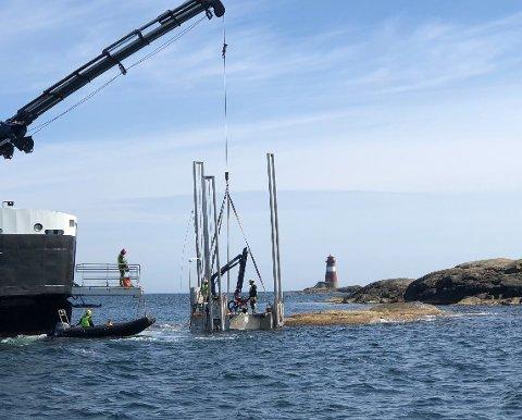 """På jobb på grunna: OV """"Ryvingen"""" skal merke leden mellom Tromøya og Kilsund bedre."""