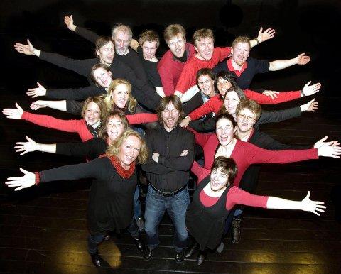 Kurve: Dirigent Gudbrand Heiene (midten) med Kurve-koret, som er nominert i kategorien årets kor.
