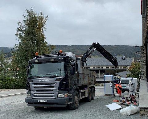 MONTERER ELBILLADERE: I skrivende stund monteres to 150 kW-ladere og tre 50 kW-ladere utenfor Fagernes Kjøpesenter.
