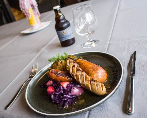 Saftig: Bratwürst av svin med rødkål, eple og helstekt pære servert med iskaldt, lokalt øl fra Små Vesen.