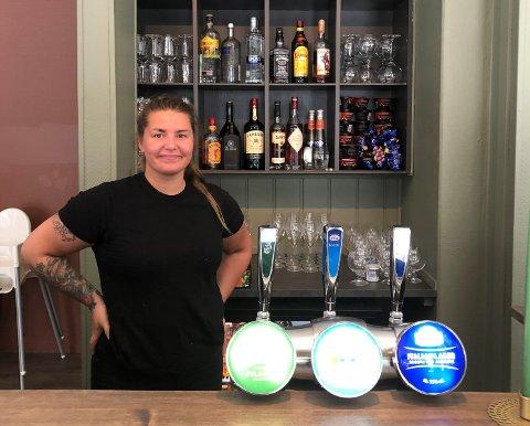 OGSÅ BAR OG RESTAURANT: Ine Therese Dokken forteller at de ikke bare driver kafe, men også restaurant og bar etter at kafeen har stengt.