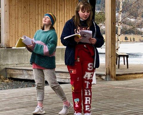 Hund og eier: Elida Gudheim (t.v) og Emilie Ødegaard Sæthre spiller radarparet Toto og Dorothy i «Trollmannen fra Oz».
