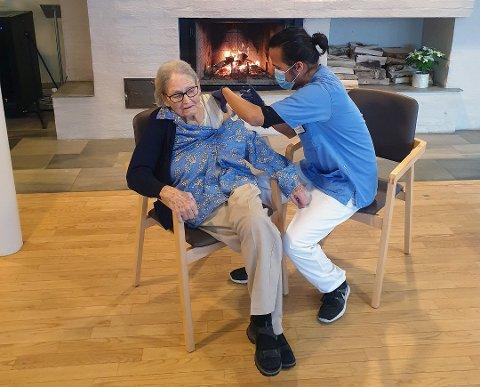 1. KVINNE: Amy Louise Wang (98) var først ute med å få koronavaksine i Nordre Follo. Det er sykepleier Alison RIvera som setter sprøyten.