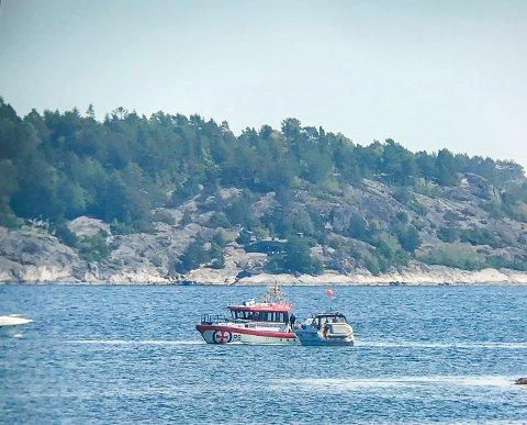 Uni Kragerø tauer en båt som har med motortrøbbel.