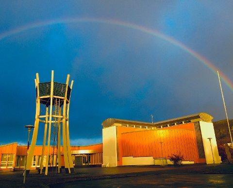 Rønvik Kirke rammet inn av fargerik regnbue