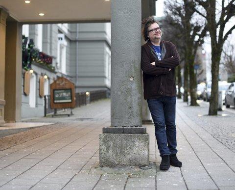 Vinden gir kast i håret til forfatter Finn Tokvam, som kan smile herfra til bokhyllene etter at bokenhans om Lothepus går som varmt hvetebrød.