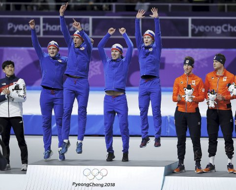 Sven Kramer (helt til høyre) ser opp på en jublende Sverre Lunde Pedersen og resten av de norske laget, som har tatt plassen 31-åringen og Nederland har hatt klippekort på. (Foto: NTB scanpix)