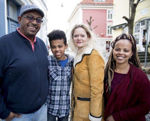 TAKKNEMLIGE: Familien Eshete er takknemlig overfor Aine Heldal Bøe, som ledet arbeidet for at familien skulle få bli i Norge. – Fortsatt er det mange barn som lever i utrygghet, sier Heldal Bøe. INNFELT: Faksimile av BA 2. mars 2012.FOTO: ARNE RISTESUND