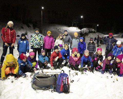 Godt oppmøte: Trener Margun Haugland (bak til venstre) og Anna Aase (i grå på bakerste rad) fra TIF Viking ledet en av de mange gruppene på kurset. Barna øvde seg på å gå baklengs, snu seg, gå mellom kjegler og å renne i bakker.FOTO: BERNT-ERIK HAALAND