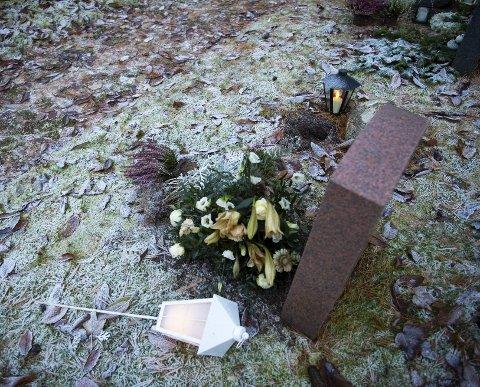 Folk fra gravplassmyndigheten hadde mandag forsøkt å rydde opp på Slettebakken kirkegård, men fremdeles lå lykter og planter strødd.