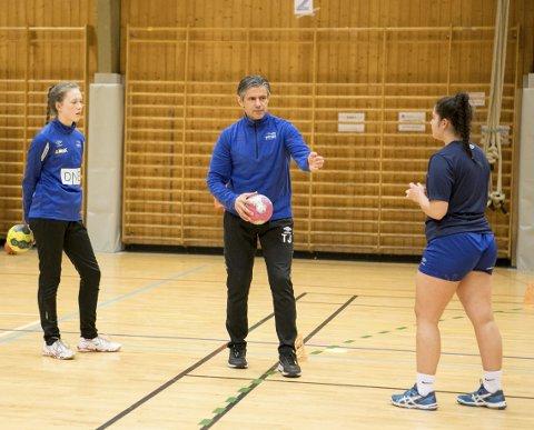 – Det er helt avgjørende for jentene at de har kompetente trenere når de kommer opp i 15-16-års-alderen. Hvis du merker at du ikke lærer noe nytt er det lite motiverende og større sjanse for at du slutter, sier Tore Johannessen.