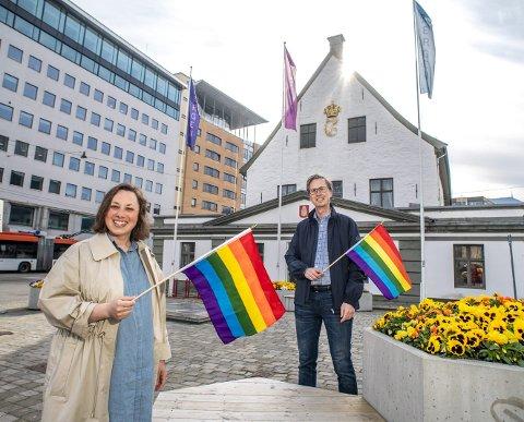 PASSENDE PLASS: Charlotte Spurkeland i Bergen Høyre og leder i Vestland Åpne Høyre, Bjarne Amundsen, vil omdøpe Rådstuplass til Regnbueplassen for å markere frisinn og mangfold. FOTO: EIRIK HAGESÆTER