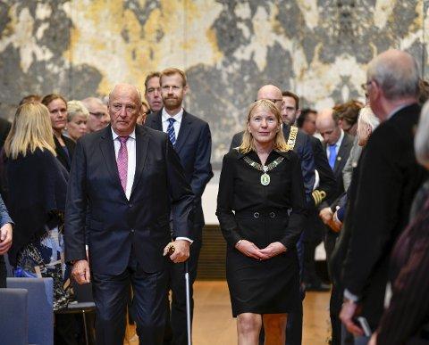 STASELIG: Kong Harald og universitetsrektor Margareth Hagen kom inn til fanfare. – Universitetet er nasjonens hukommelse, sa rektoren. For 75 år siden la Kongens bestefar, Kong Haakon, ned grunnsteinen for UiB. I går var barnebarnet med og feiret 75-årsjubileet. FOTO: RUNE JOHANSEN