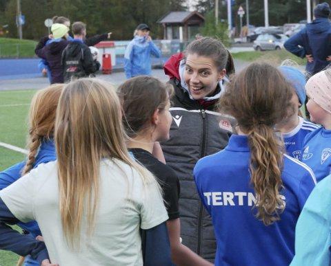 Da Cecilie Kvamme spilte for Tertnes fikk de besøk av Brann-spillere. Nå er det nye tider, og Sandviken-spilleren og hennes lagvenninne Lisa Naalsund fikk en hjertelig mottakelse av jentespillerne i moderklubben deres.