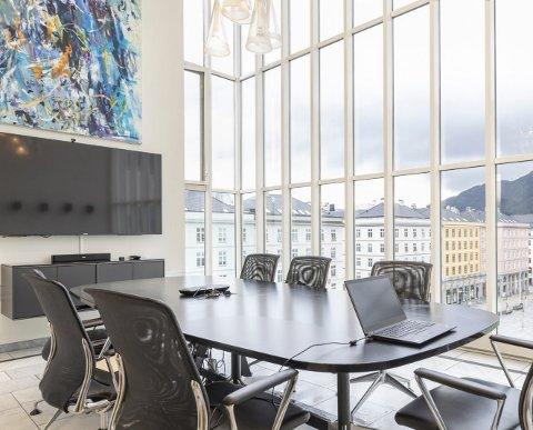 Fra toppen av Sundt-bygget har du fri utsikt til Torgallmenningen. – Dette ligger helt klart i det øverste prissjiktet, bekrefter eiendomssjef Terje Hjertås i DNB Næringseiendom. FOTO: DNB