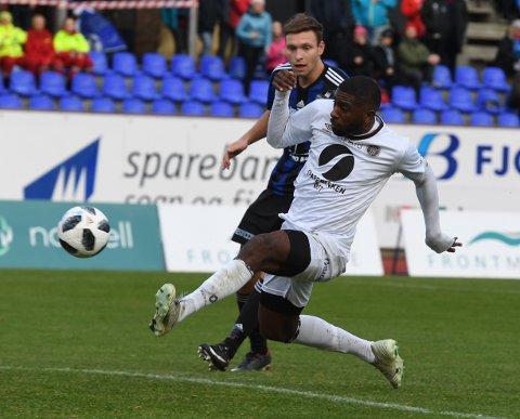 MÅLTYV.  Oliver Occean var først på rett sted etter et innlegg og ordnet 1-0. Deretter løp han fra alle og rundet keeperen og ordnet 2-0 da Mjøndalen sikret opprykk til eliteserien.