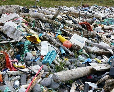 FARLIG: Flere steder i Norge ligger det mye søppel fra fiskeindustrien og generell befolkning. Plast har lett for å finne veien ut til havet.
