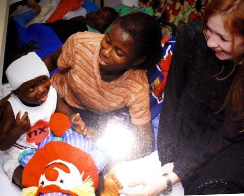 MERCY SHIP: Mellom 1997 og 2002 var Elin i vestlege og sørlege Afrika, der ho jobba som frivillig. Her med ein av ungane som fekk hjelp av det omreisande sjukehuset.