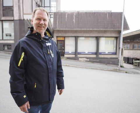 Gir bort beløpet: Narvik Håndverk og Industriforening (NHIF) gir hele summen fra salget av eiendommen til Narvikregionen Næringsforening (NRNF). På bildet er Jørn A. Pettersen, tidligere leder i håndverk -og industriforeningen og styremedlem i næringsforeningen. Foto: Lone Martinsen