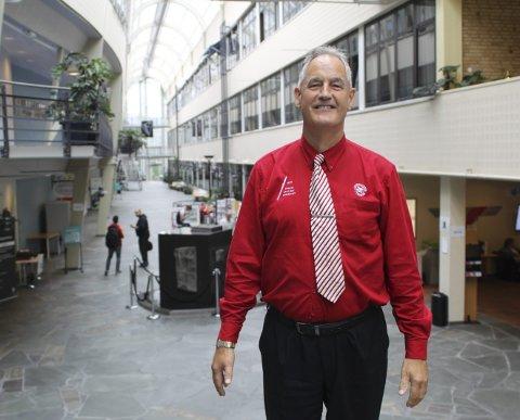 UNIVERSITETSBY: – Jeg går hver eneste dag med en slik rød skjorte for å vise at jeg er stolt over arbeidsplassen min, sier Arvid Urke. Skjorten er et bevis på at Narvik er en univeritetsby.foto: Mikael Marius Brendvik