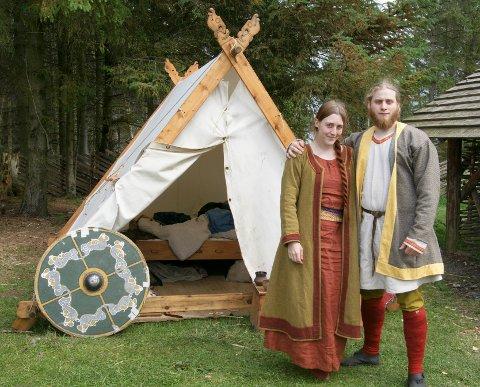 Kristina Svare og Rein Tveit på forran vikingteltet som brukes til overnatting på vikingfestivaler. Her fra Bukkøy på Avaldsnes.