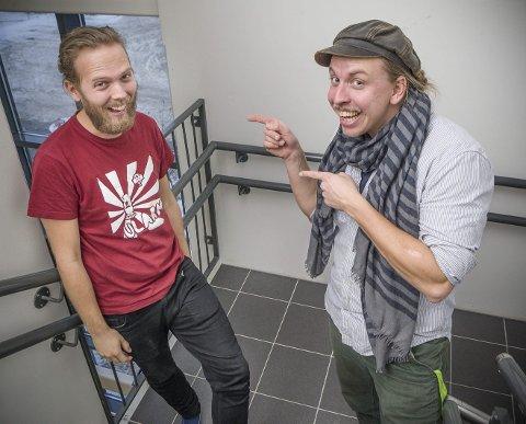 IMPROVISERER: Martin Høgberget i Kulturkollektivet sammen med Harald Engan. Den første skal selv prøve seg på scenen, den andre skal styre moroa. foto: jens haugen