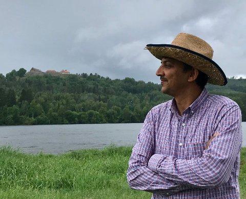 DRØMMESTRAND: Stråla ved Hov er Raj Kumars absolutte favorittstrand, den er langgrunn og med lys, finkornet sand. – Men da må vannstanden i Glomma være lav, sier Raj. Værgudene svarer med sprutregn.