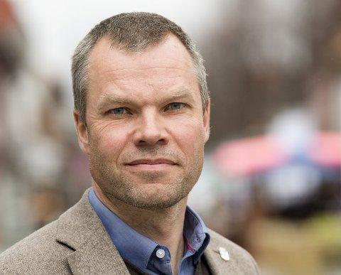 Kommuneoverlege Morten Bergkåsa ber reisende sette seg inn i smitteverntiltak i hovedstaden hvis de må reise dit, som blant annet å bruke munnbind når det er trengsel i kollektivtrafikken.