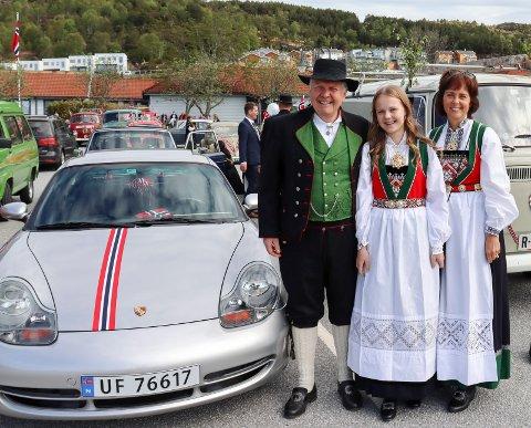 FAMILIETUR: Ordfører Sigmund Lier fikk følge av datteren Johanne Rokne Lier og kona Reidun Rokne Lier på turen gjennom Tysvær 17. mai.