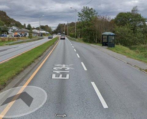 NYE LAMPER: På denne strekningen på E 134 blir det nå sattt opp nye gatelys