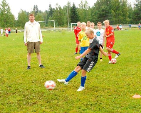 Gøy for barna: Fredrik Larsen er selvfølgelig på plass når Bjørn Davids fotballskole arrangeres på Bruvollen i Blaker i begynnelsen av august. Bildet er fra en av de tidligere utgavene av fotballskolen.Foto: Svein Samuelsen