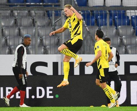 ASSIST OG MÅL: Erling Braut Haaland har akkurat satt inn utligningsmålet til 2-2. Dessverre holdt det ikke til seier for jærbuen og Borussia Dortmund mot Bayern München.