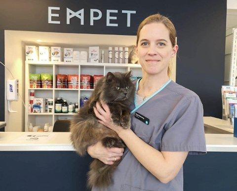 OPPFORDRER KATTEIERE: Veterinær og daglig leder ved Empet Ullensaker Dyreklinikk, Yngvil Grønning, oppfordrer alle som har utekatt til å vaksinere kattene sine én gang i året.
